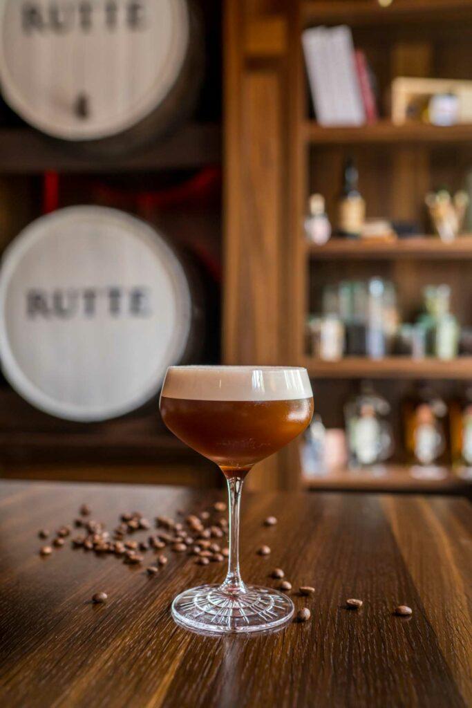 Ricette-cocktail-al-Genever-Simon-Espresso-Martini-Rutte-Coqtail-Milano