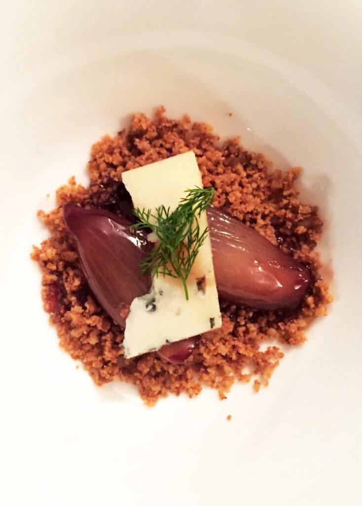 Scalogno laccato a Il Premio Ramazzotti con crumble di noci e castagne e gorgonzola