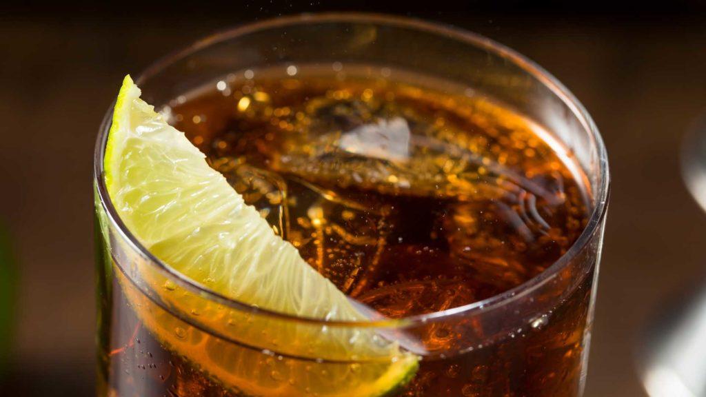 Cocktail-al-rum-bianco-Cuba-Libre-Coqtail-Milano