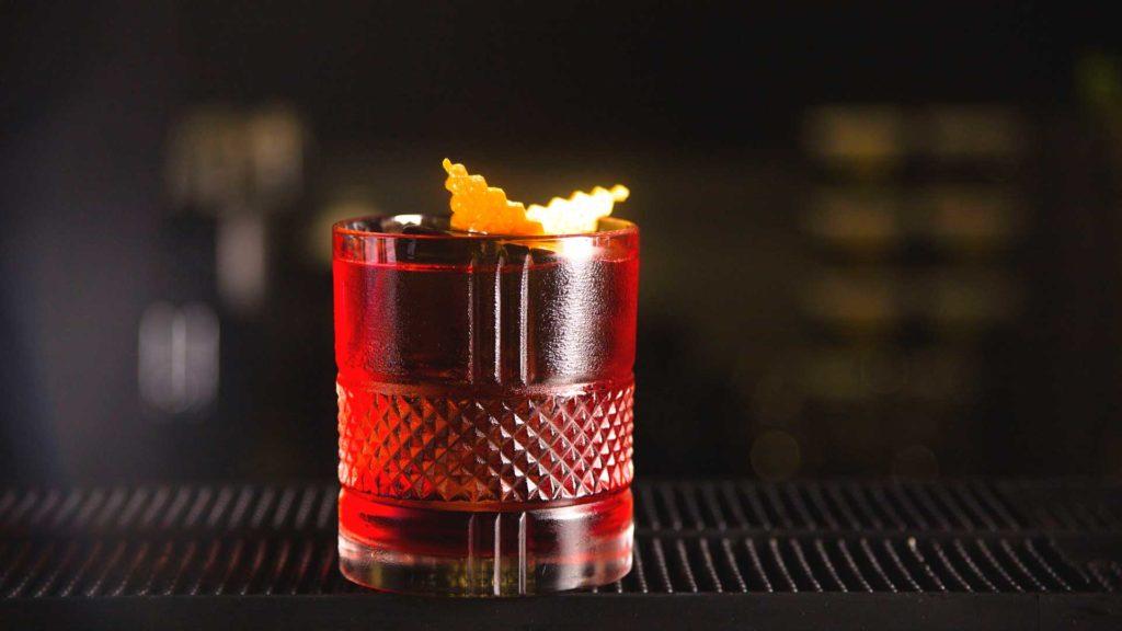 Cocktail-con-gin-e-vermouth-rosso-Negroni-Coqtail-Milano