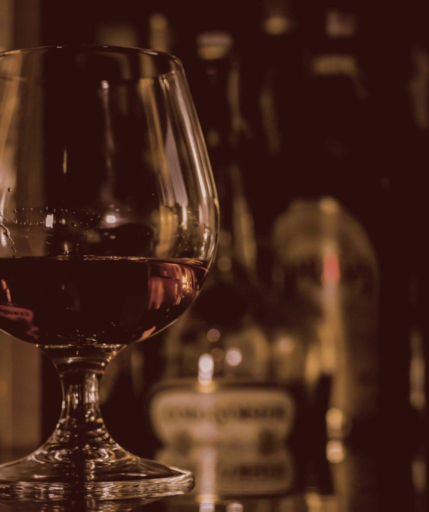 Come-bere-cognac-nel-suo-bicchiere-Coqtail-Milano