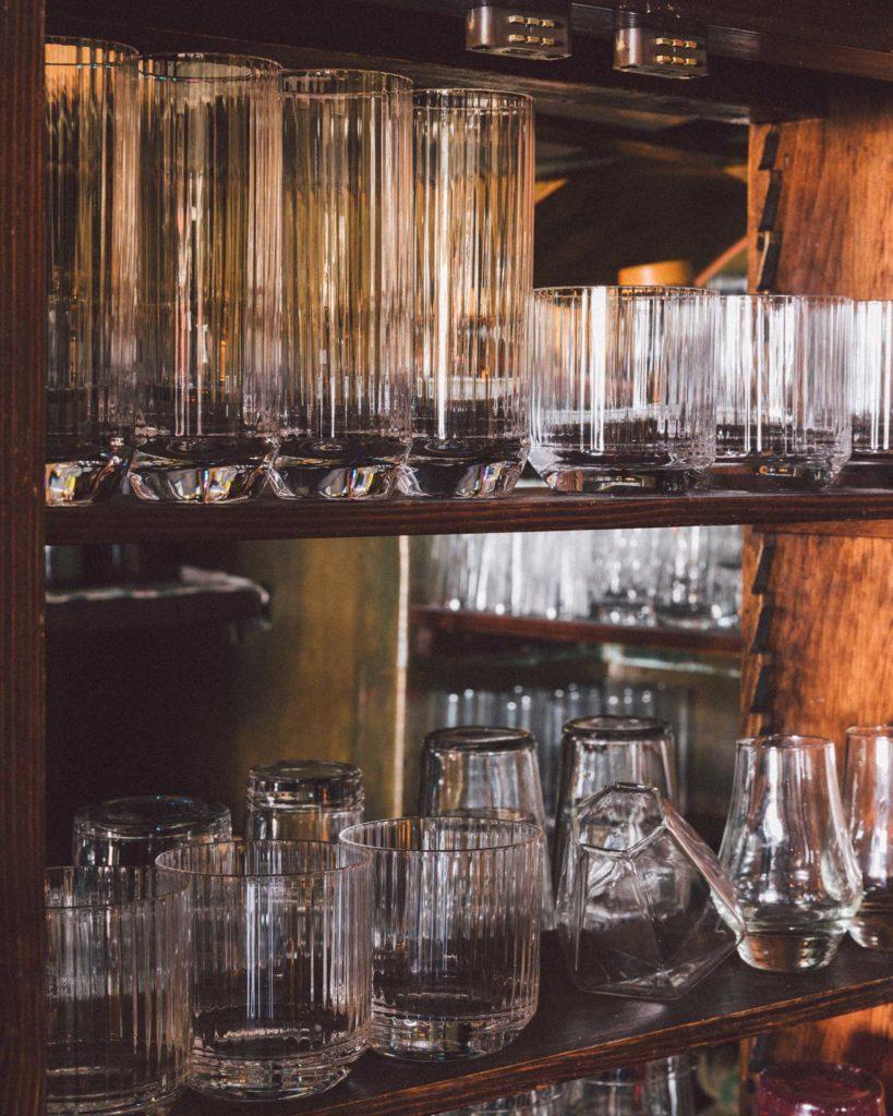 Interni-Mag-Cafe-Navigli-bicchieri-Coqtail-Milano